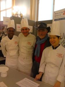 Gérard Cagna entouré de 3 stagiaires de Cuisine Mode d'Emploi.